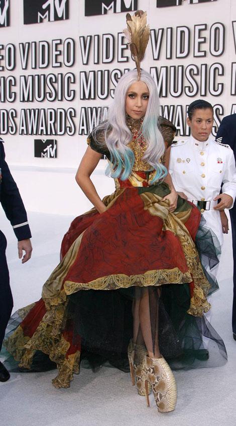 lady-gaga-mcqueen-dress-armadillo-shoes-mtv-vmas-2010