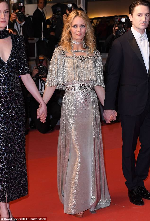 4C5EE4AA00000578-0-Dazzling_Vanessa_Paradis_dazzled_at_the_Palais_des_Festivals_for-a-51_1526592721472
